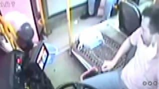 Otobüsü durdurup kapı eşiğinde ayakkabılarının bağcıklarını bağladı!