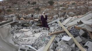 Katil İsrail askerleri Batı Şeria'da Filistinlilere ait bir ev ile su deposunu yıktı