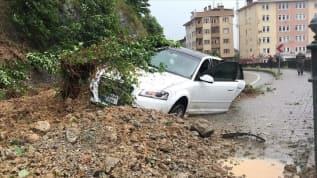 Rize'de yağmurla kayan toprağın altına aldığı otomobildeki 4 kişi kurtarıldı
