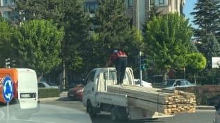 Eskişehir'de görenlerin yüreklerini ağza getiren tehlikeli yolculuk!