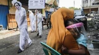 Endonezya'da ilginç koronavirüs cezası! Kurallara uymayanlara temizlik yaptırılıyor