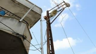 Kaçak elektrik çekerken akıma yakalandı: Direkte asılı kaldı