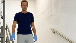 Navalni tedavi gördüğü hastanede yürüdüğü bir fotoğrafı paylaştı