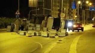 Mersin'de kovan yüklü kamyonet devrildi, kızgın arılar yolu trafiğe kapadı