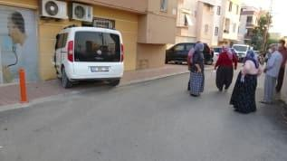 Mersin'de araç kullanmayı öğrenmeye çalışan bir kadın, hafif ticari araçla sağlık merkezine girdi
