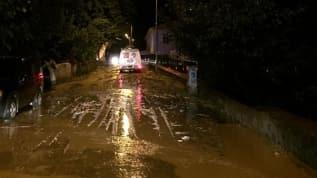 Artvin'de 20 dakikalık yağış su baskınlarına sebep oldu