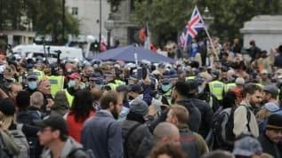 İngiltere'de polis Kovid-19 önlemleri karşıtı grubun protestosuna müdahale etti