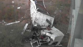 İzmir'de tır köprüden düştü: 3 yaralı
