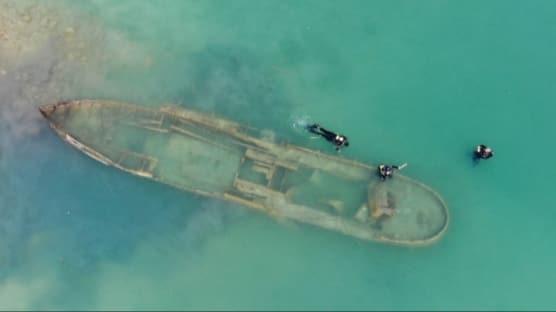 Van Gölü'nde 30 metre uzunluğunda batık bir gemi çıkartıldı