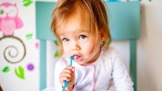 Bebeğin dişleri günde iki kez fırçalanmalı