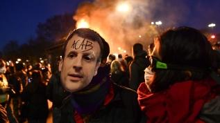 """Fransa'da """"Macron istifa"""" sesleri yükseliyor: Çok sayıda aracı ateşe verdiler"""