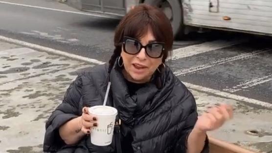 Nilgün Belgün'ün sokakta yemek keyfi
