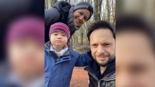 Özgün'ün eşi Nida Uğurlu ve oğlu Ediz ile yürüyüş keyfi