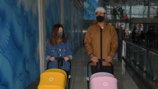 Volkan Babacan ve eşi Hilal Babacan ikizlerle alışverişte