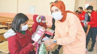 Köy çocuklarının yardımsever ablası