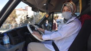 İzmir'in 'Şoför Nebahat Ablası' Elif, hatlı minibüste yolcu taşıyor