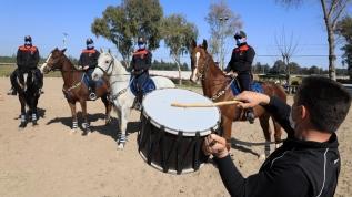 Atlara davullu, dumanlı eğitim
