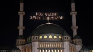 Taksim Camii'ne ilk kez asılan mahya ilgi odağı oldu