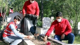 Kızılay gönüllülerinden mezarlık temizliği