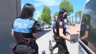 Polis, Ramazan Bayramı dolayısıyla çocuklara ayakkabı hediye etti