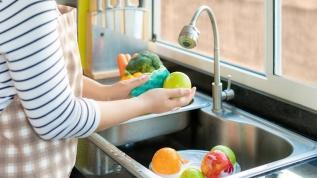 Sebze-meyveleri fırçalayarak yıkayın