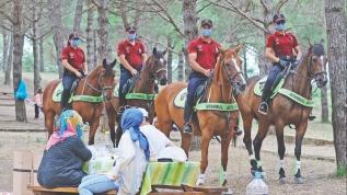 Vatandaşlar da atlı polisleri sevdi