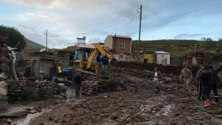 Ardahan'da sağanak: Yol ve evleri su bastı