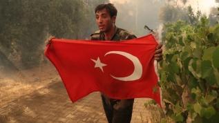 Azerbaycanlı itfaiyecilerin Türk bayrağı hassasiyeti