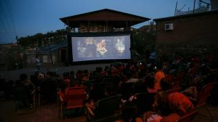 Köy meydanında açık hava sineması