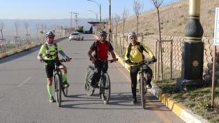 Gizemli yolda bisiklet denemesi