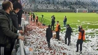 Ordu'da büyük skandal. Kur'an-ı Kerim ve Türk Bayrağı sayfalarını konfeti yapıp sahaya attılar
